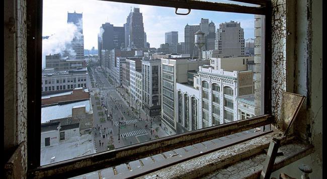 vyhlad z okna opustenej budovy na mesto Detroit