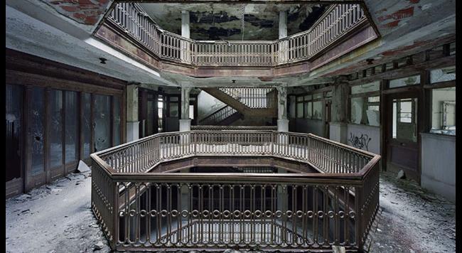 schody opustenej budovy Detroit
