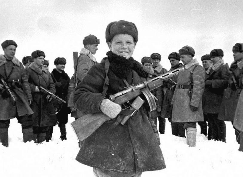 Ruskí vojaci, medzi nimi ešte len dieťa