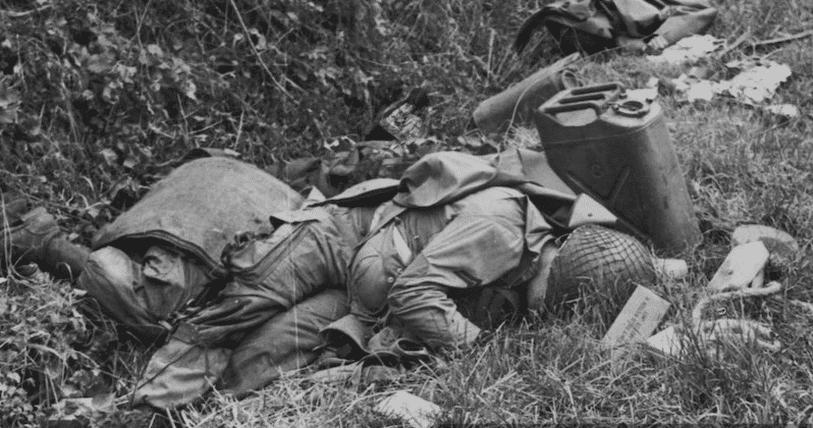 Padlý Americký vojak počas druhej svetovej vojny