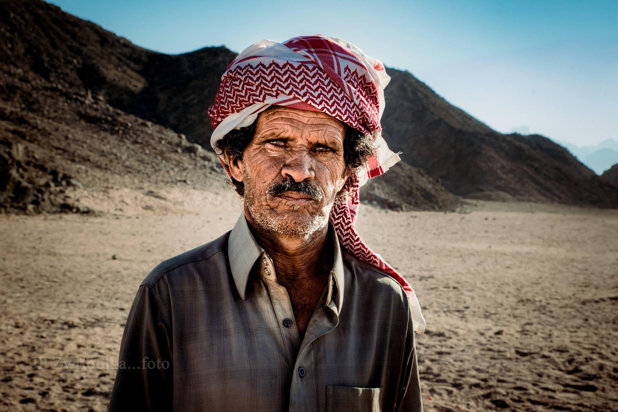 osamoteny pastier v egypte pozuje fotografovi