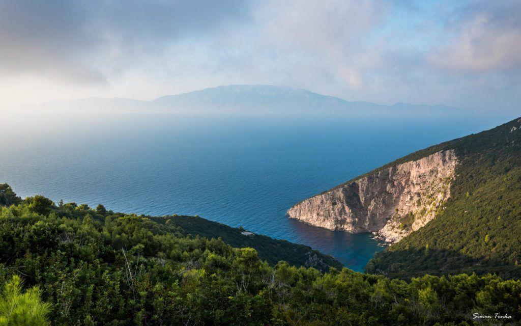 Ostrov Kefalonia v pozadí
