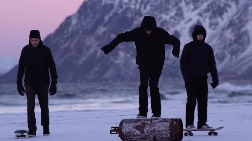 Krátkometrážny film nesúci názov NORTHBOUND režíroval Jørn Nyseth Ranum ktorý si týmto filmom otvoril brány do velikého sveta filmovania Ide o zábery skaterov ktorý vykonávajú svoj obľúbený šport na zamrznutom povrchu prímorských piesočnatých pláží Nórska