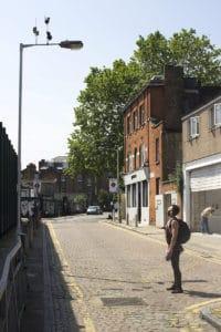 """To že ide o jeho výtvor vieme my, ale ľudia kráčajúci ulicami Londýna pri prvom kontakte určite nie. Výsledkom sú """"stojaci"""" okoloidúci, ktorý pevne upínajú svoju pozornosť na jav, ktorý práve vidia. Topánky na ktoré nevplýva gravitácia."""