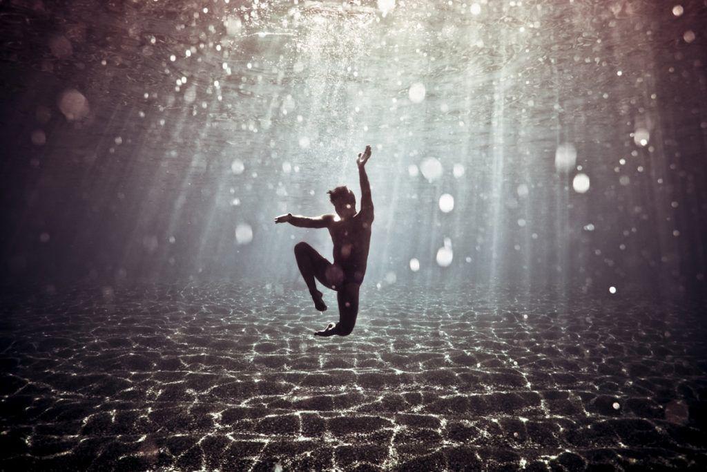 fotografie pod vodou taliansky umelec a fotograf Salvo Bombara nam prinasa prostrednictvom svojich fotografii nadcasove a takmer magicke snimky zhotovene pod vodou