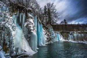 Thomas Toth fotograf z Budapešti strávil zimu v Národnom parku Plitvické jazerá v Chorvátsku Týchto 16 jazier vodopádov pohorie Kapela a mínusové teploty mu umožnili vytvoriť magické zábery krajiny