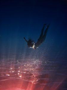 """Taliansky umelec a fotograf Salvo Bombara nám prináša prostredníctvom svojich fotografií nadčasové a takmer magické snímky zhotovené pod vodou. Umelec zachytáva svoje modely zasypané hrou svetla, ktoré kontrastuje s temnotou vodnej hlbiny. Jeho séria magických snímkou nesie názov """"Objavovanie"""""""