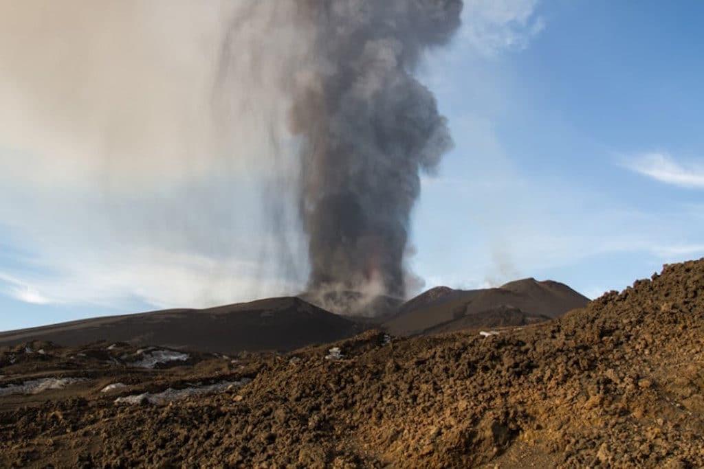 Etna je najvyššia sopka v Európe ležiaca na talianskom stredomorskom ostrove Sicília meria 3350 metrov Jej aktívna činnosť je posledných týždňoch skloňovaná vo viacerých titulkoch pretože sa nedávno prebudila a začala chrliť lávu