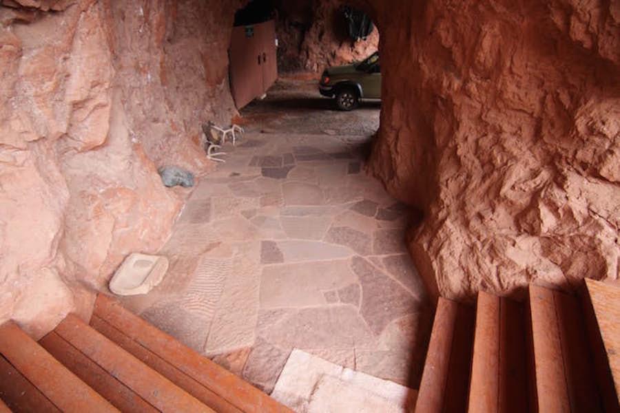 Juhovychodne od Utahu je Cliff Haven dom postaveny vylucne z prirodnych materialov a vytesany do cervenej skaly