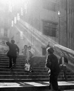 Hong Kong Dobove Fotografie Tieto krásne fotografie boli vytvorené mladým chlapcom menom Ho Fan, ktorý prišiel do mesta v roku 1949 Aj keď chuť vtedajšej doby bola viac orientovaná na štúdiové fotografovanie Ho Fan preferoval zachytiťenie náhodného okamihu
