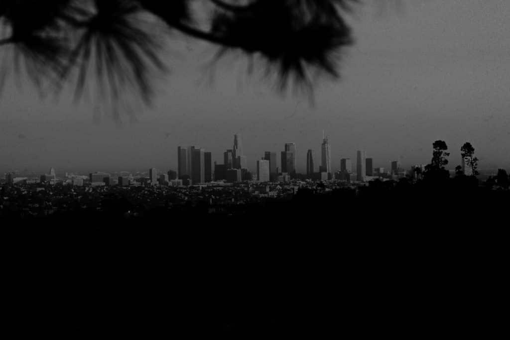 The Ferros opisujú ich cestu do Los Angeles ako pútavý zážitok pripomínajúc im skvelé filmy a veľa neuveriteľných príbehov Inšpirovaní divokou a oslňujúcou energiou objavujú úlohu tvorcu filmu aby vytvorili videozáznam ktorý nikdy nevideli prostredníctvom série fotografií Tajomstvo duchovnosť a elektrizujúci vzduch dávajú tejto práci neuveriteľnú rozprávačskú silu Mystická cesta do Mesta anjelov