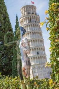 Umelkyňa Trina Merry zvláda umenie maskovania tela body paintingom bravúrne žiadna krajina jej nerobí problémy pri vytváraní úchvatnej optickej ilúzie v tejto sérii umelkyňa skrýva svoje modely v typickej talianskej krajine