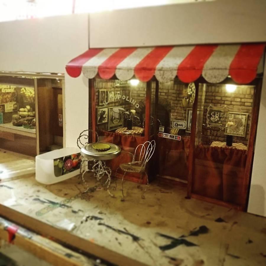 miniaturny obchod v spodnej casti budov