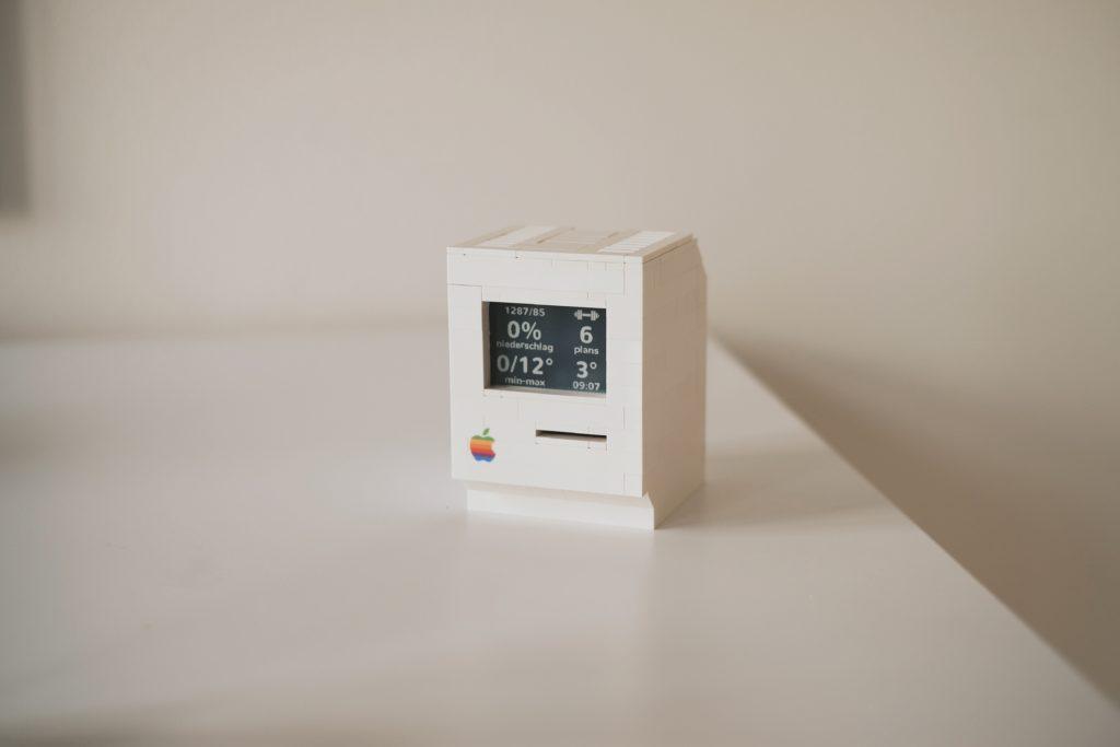 Jannis Hermanns vytvoril roztomilú miniatúrnu repliku prvého personálneho počítača Macintosh predstavenú na trh spoločnosťou Apple