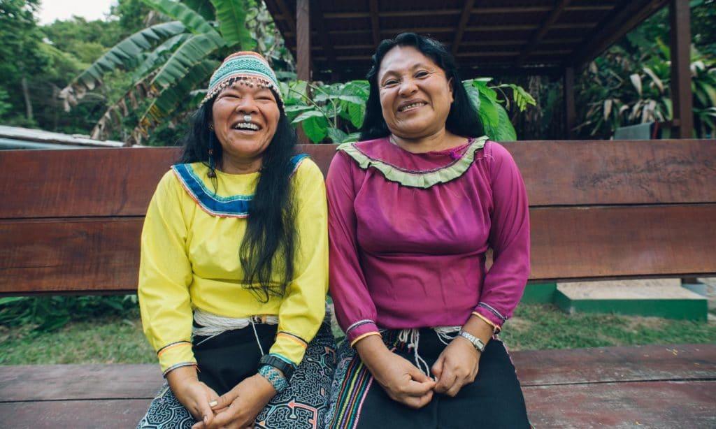 Iquitos miestny obyvatelia ktori sa podielaju na pomoci pacientom v centre