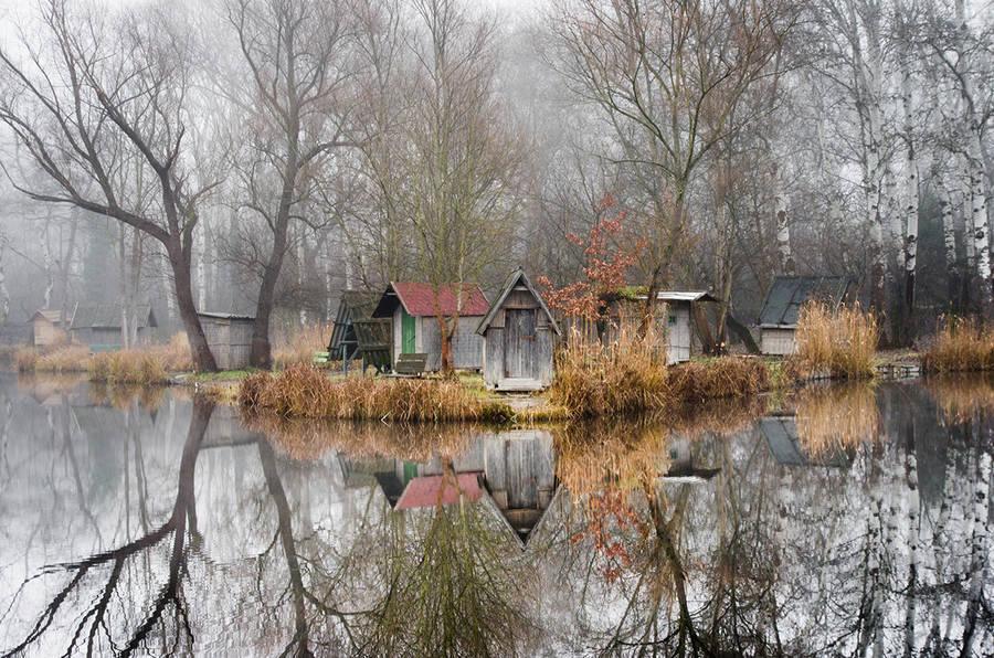 Szodliget tajomne chatrce na brehu zrkadloveho jazera