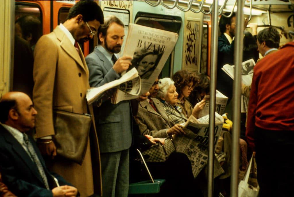 V roku 1979 bolo hlásených 250 závažných trestných činov v metre New York týždenne Iba v prvých dvoch mesiacoch bolo šesť vrážd Žiadne iné metro na svete nebolo viac zločinečné a neslávne známe Hell On Wheels je radostný a oduševnený výlet do minulosti metra New York v rokoch 1977 1984