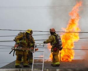 Jamie Nicholson fotografuje zásadne oheň alebo hasičov v Kalifornii Tento fotograf anglického pôvodu začal fotografovať na druhý deň čo oheň spustošil jeho strednú školu Pomocou svojich fotografií sa mu podarilo dokázať veľkosť a silu plameňov ako aj energiu koncentráciu a odhodlanie hasičov