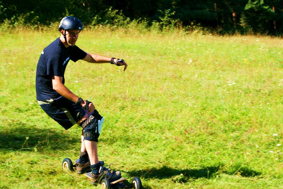 Mountainboard po trave