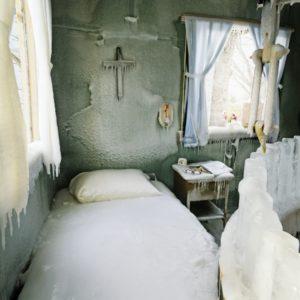 drevena chata zamrznuta v priestore a case