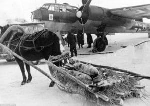 Koňe ťahajú bomby po%cas bitky o Stalingrad