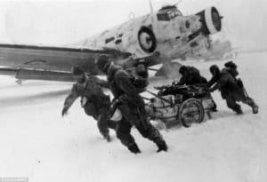muzia sa snazia vylozit lietadlo pocas ukrutnej zimy roku 1941