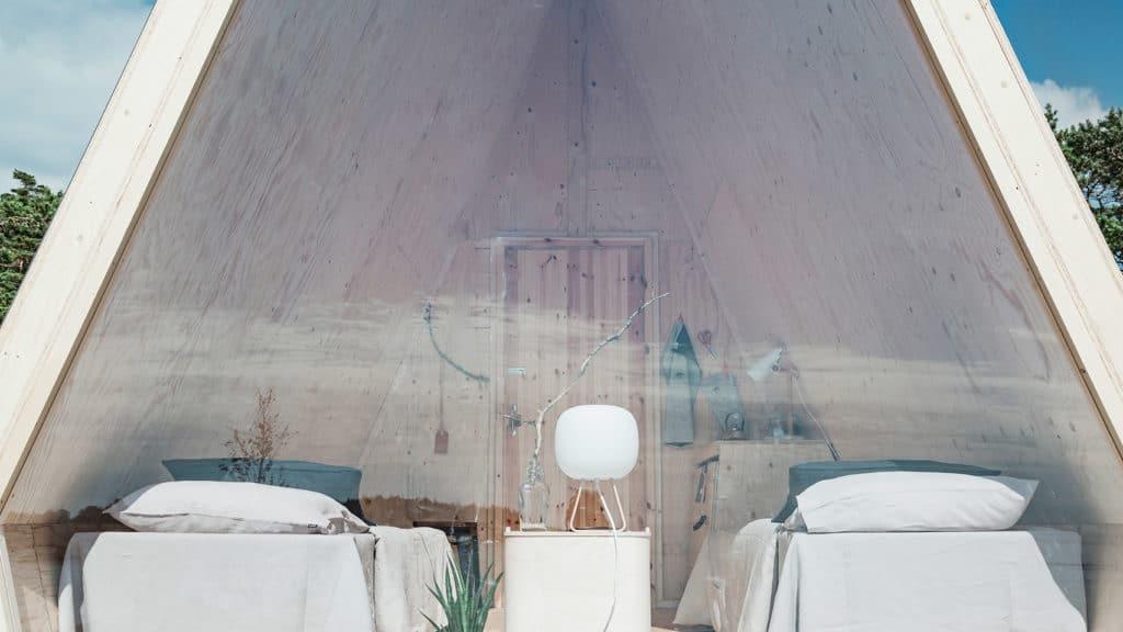 minimalisticky dom postaveny z preglejky a borovice so solarnymi panelmi
