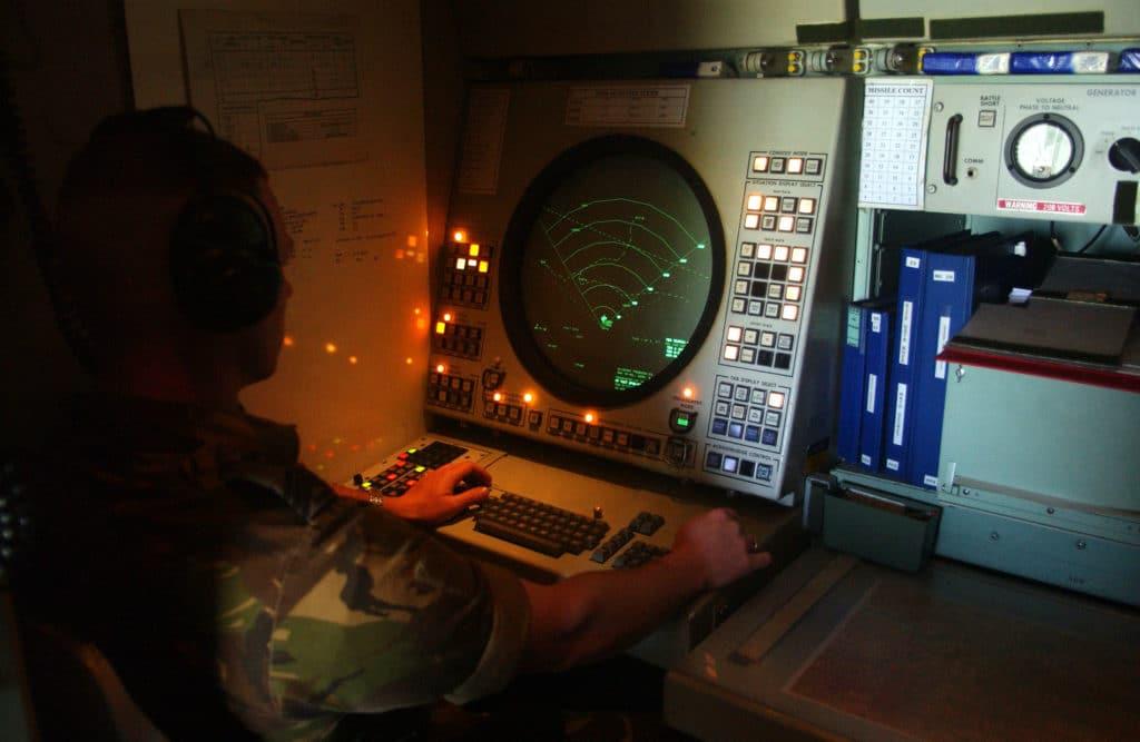 americky vojak sleduje radar v riadiacom stredisko