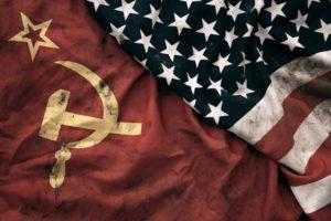Studena vojna, americka a ruska vlajka ako symbol superenia