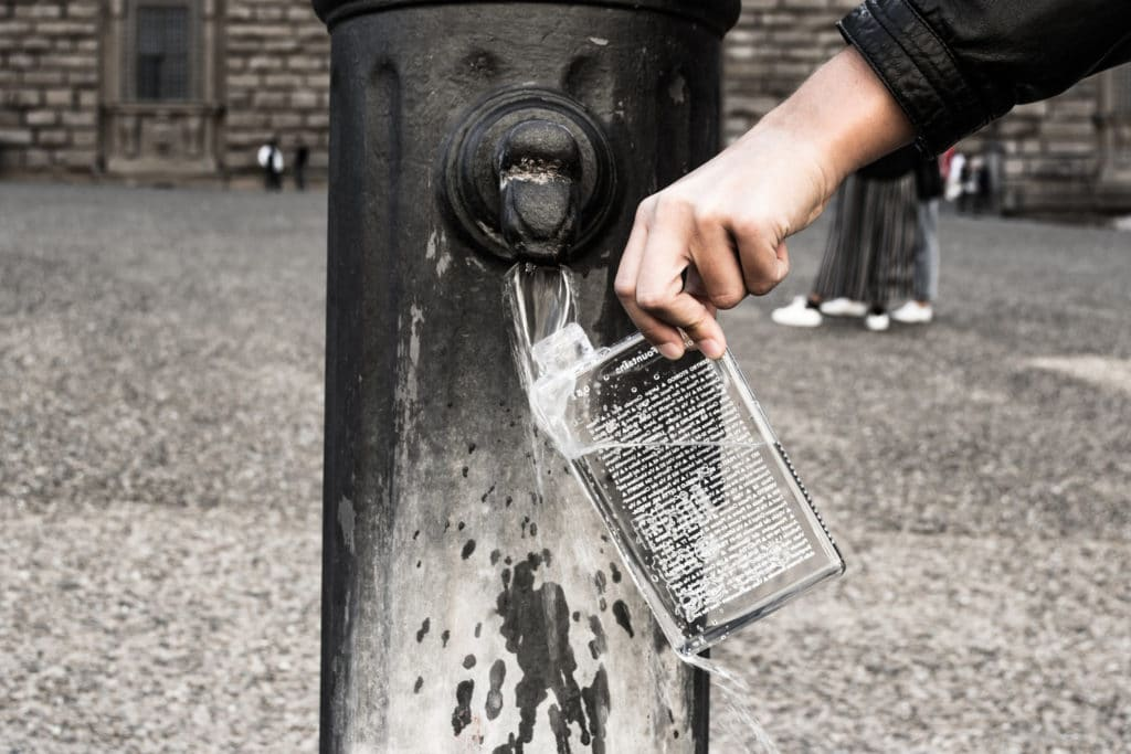 naplnanie flase vodou z daneho mesta