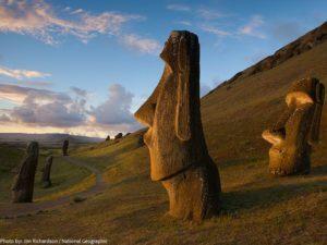Monolitické sochy Moai na Veľkonočných ostrovoch
